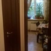 Проход на кухню через коридор, кухня 9 метров по площади
