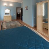 Достаточно просторная комната в голубых и синих тонах
