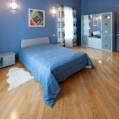 Эта спальня сделана в более синих тонах, на следующей фотографии увидите другую картину