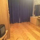 На этой фотографии видно, что в единственной комнате сдаваемой квартиры есть ТВ и прочие мелкие радости аренды