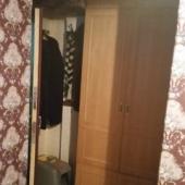 В коридоре есть платяной шкаф