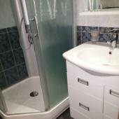 Есть душевая кабинка в ванной