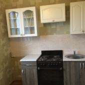 Кухня 8 метров по площади. Есть плита и мебель.