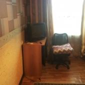 В комнате для аренды на Генерала Тюленева, 35 есть стол, ТВ и кресло. Стоимость 15 тысяч в месяц.