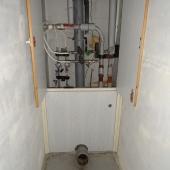 В туалете есть канализационная разводка и стояк под унитаз - но тоже требуется чистовой ремонт как в любой квартире в новостройке