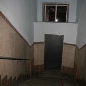 Спуск к выходу в подъезде в доме, на Кутузовском 35