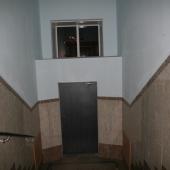 Выход на улицу в подъезде в доме, на Кутузовском 35