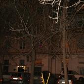Во дворе дома № 35 по Кутузовскому проспекту есть детская площадка и парковка при выходе из подъездов