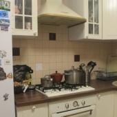 В этой квартире на кухне и плита есть, и вытяжка, и холодильник - всё продается