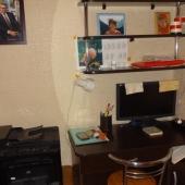 Внутри маленькой комнаты-кабинета