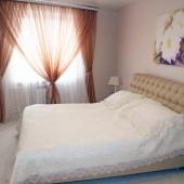 """В """"спальне"""" большая широкая кровать"""