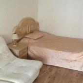 Рядом с кроватью есть такой вот диван как бы сделанный из 3-х кресел