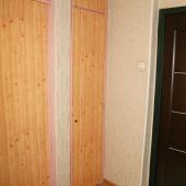 Это встроенные шкафы в коридоре под одежду или лишние вещи, которые следует убрать с глаз долой