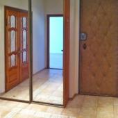 И рядом с входной дверью есть такой вот шкаф-купе с зеркальными дверьми