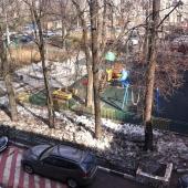 Вид на улицу из 4-х комнатной квартиры на Нагорной, 30к1