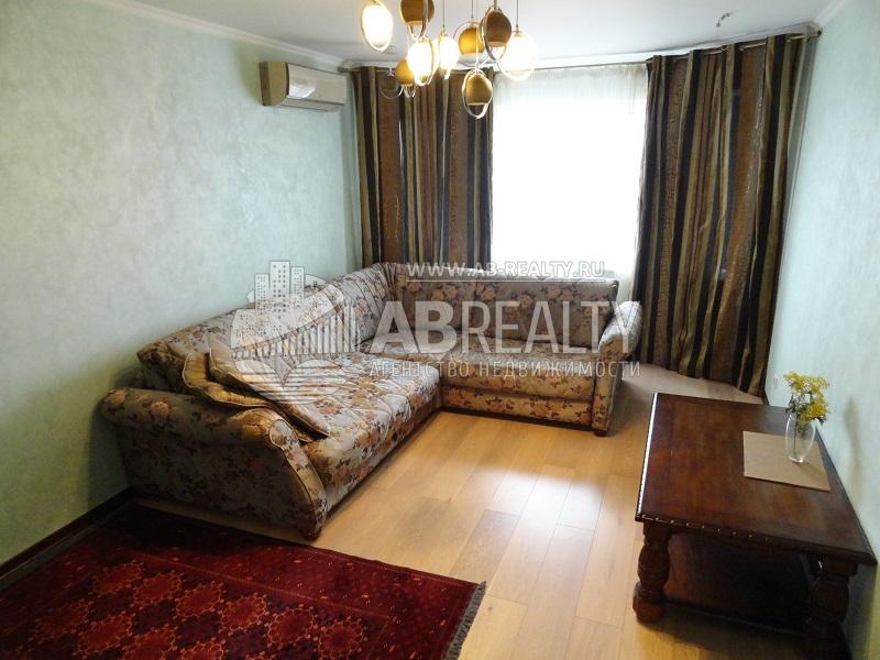 Первая комната в этой квартире с заказной мебелью