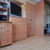 В комнате вся мебель присутствует