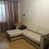 Роскошный кожаный раскладной диван в комнате