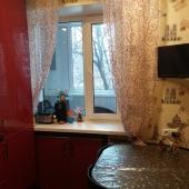 А в углу на кухне на Библиотечной улице уютный стол и телевизор на стене