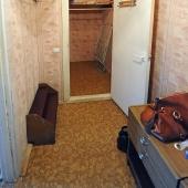 Да, из прихожей вы можете видеть дверь в кладовую комнату - это приятный бонус!