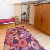 Эта жилая комната в самом конце коридора по прямой