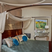 Это хозяйская спальня