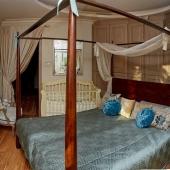 В спальной комнате сделана кровать с паланкином