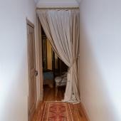 Это коридор при входе, а направо как раз хозяйская спальня