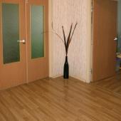 Это общий холл в трехкомнатной квартире и дверь в детскую