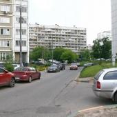 Соседние дома построены по схожей строительной схеме. В них тоже продаются вторичный квартиры.