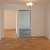 В конце холла видны входы в две дальние комнаты
