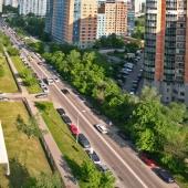 Это вид немного назад, в сторону Проспекта Вернадского. Это к нему примыкает улица Тропаревская, которая видна на фото.