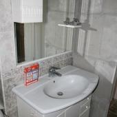 Умывальник и раковина рядом с ванной