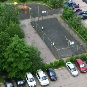 Во дворе есть спортплощадка для баскетбола