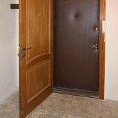 Входная дверь в квартиру на А. Анохина