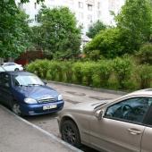 Стихийная парковка во дворе для местных