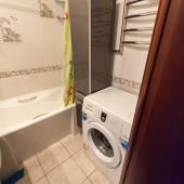 Заметно, что в ванной стиральная машина и хороший ремонт