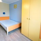 В комнате специальная детская мебель