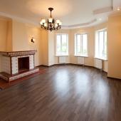 Зал на первом этаже облагорожен, сделан из хороших строительных материалов