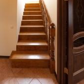 лестница на второй этаж в доме, который расположен в Приозерье