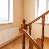 Начинаем подъем по лестнице, отмечая качество материала - дерево очень дорогое!