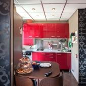 Эти стены-обои как бы разделяют кухню и комнату в квартире на ул. Херсонской, 7к4