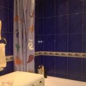 Стиралка находится в ванной
