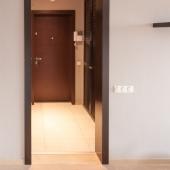 Впереди небольшой коридор перед входной дверью