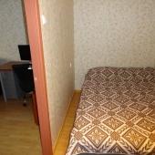 При выходе из комнаты стоит вот такая кровать или топчан