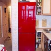 На кухне стоит такой прикольный красный холодильник