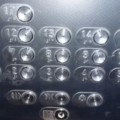 Современная панель у лифта в этом доме на Москвитина 3к2