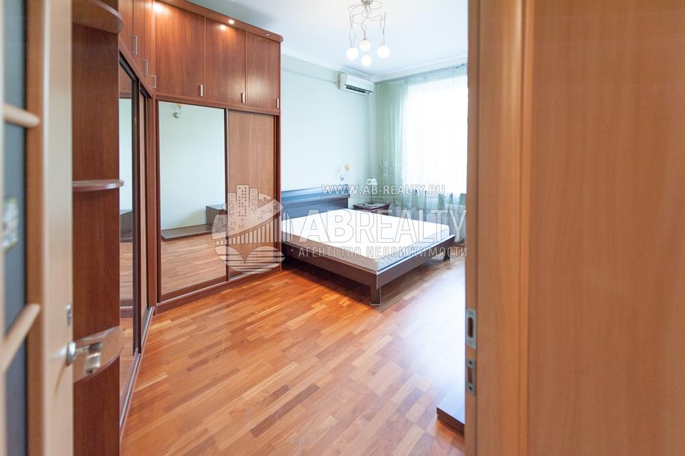 Первая комната 14,9 метров направо при входе в коридор