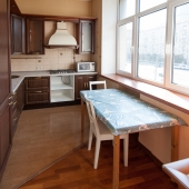 Посередине кухонный стол