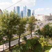 Вид открывается на Кутузовский проспект и Москва-Сити, башни Федераций